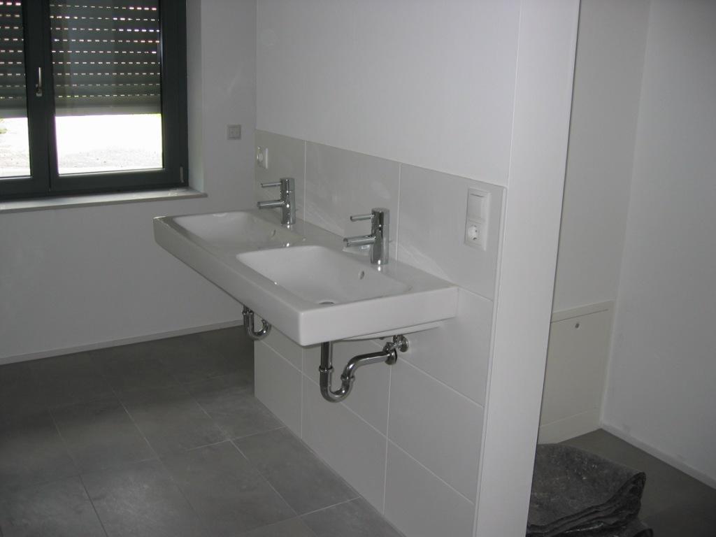 doppelwaschtisch an einen anschluss klimaanlage und heizung. Black Bedroom Furniture Sets. Home Design Ideas